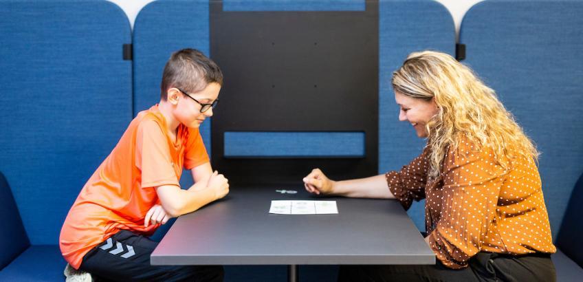 Elev og lærer på børnetorvet på Kasperskolen